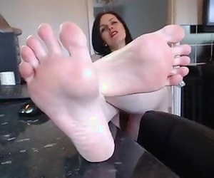 This mature woman seems to be very generous. She lets us love her pretty soles and also makes us jerk off to her amazing soles and toes.