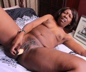 Ebony gilf Amanda Horn fucks herself with a dildo